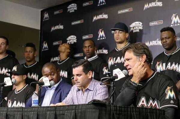 フェルナンデスが事故死し、マイアミで記者会見する(右から)マッティングリー監督、サムソン球団社長ら