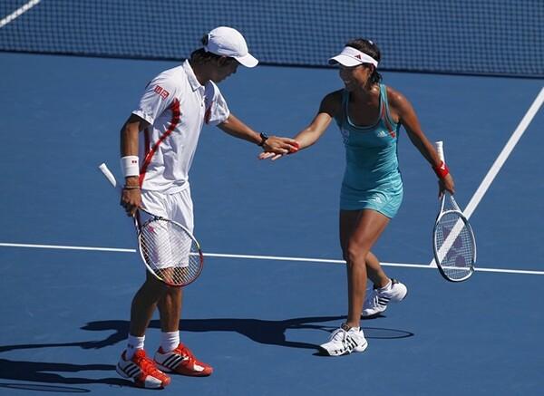 日本のテニス界をけん引する錦織(写真左)とは、12年全豪オープンの混合ダブルスでペアを組んだこともある