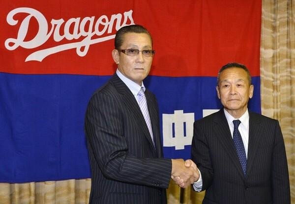 就任記者会見で佐々木崇夫球団社長(右)と握手する森繁和新監督