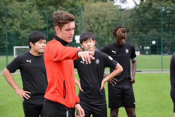 サッカーコースを設けている帝京ロンドン学園。イギリスの高校と比較しても際立ったカリキュラムで指導を行っている