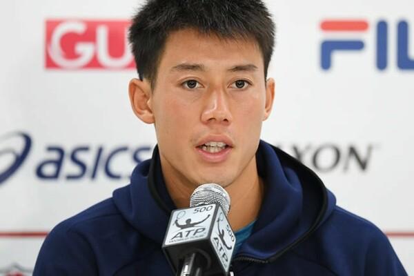テニス選手にとって会見出席も大事な仕事。写真は楽天ジャパン・オープン2回戦での棄権敗退後、記者会見に臨む錦織