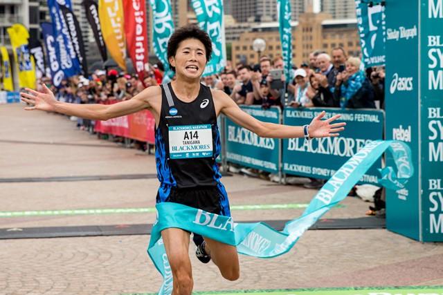フルマラソン男子の部の優勝はコニカミノルタの谷川智浩選手。Photographed by Kellie La Franchi