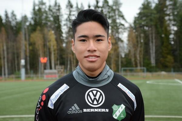 中学卒業後に単身渡英した世川楓悟は帝京ロンドン学園のサッカーコースを経て、現在はスウェーデン4部でプレー