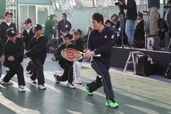 イベントで子どもたちと交流する錦織。テニス人気定着のためには環境の整備が重要だ