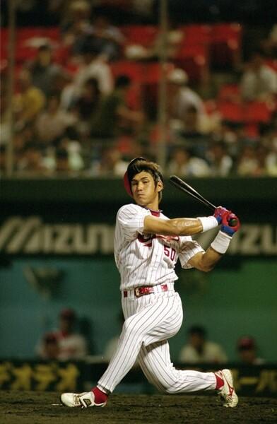 プロ初先発は2002年9月4日、「7番・サード」で出場。豪快な空振りでプロ野球人生の幕が開いた