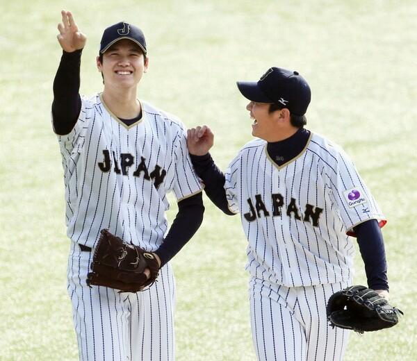6日から始まった11月の強化試合への合同練習。代表歴のある山崎(写真右)は「クローザーの場所で投げたい」ときっぱり