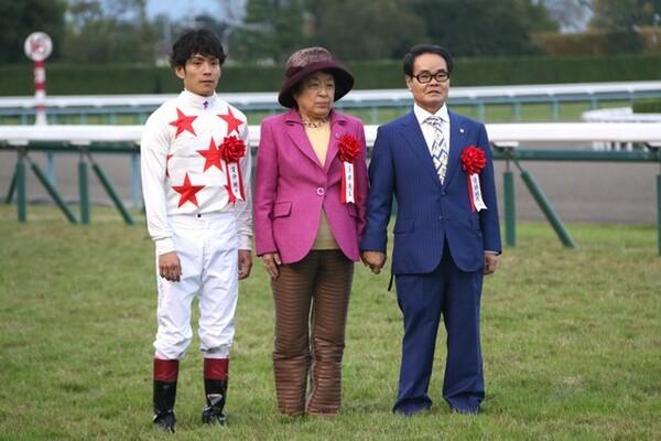 (左から)浜中、馬主の野田みづきさん、音無調教師