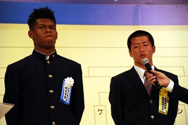 桐光学園のタビナス・ジェファーソン主将(左)は「ステップアップのために結果を残したい」と語った