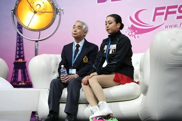フランス杯では9位に沈むなど不調に苦しむ浅田真央(右)。「すべてが失われた」と弱気な発言も飛び出た