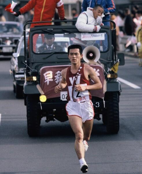 第56回箱根駅伝(1980年)、大学4年次の瀬古利彦。車上から指示を送るのは中村清監督