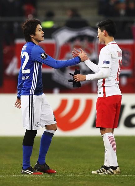 試合後、南野拓実(右)とあいさつする内田
