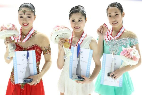 全日本選手権の女子シングルで表彰台に上った(左から)樋口、宮原、三原