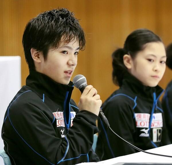 フィギュア世界選手権代表の記者会見で、質問に答える宇野昌磨。右は宮原知子=26日午前、大阪府門真市