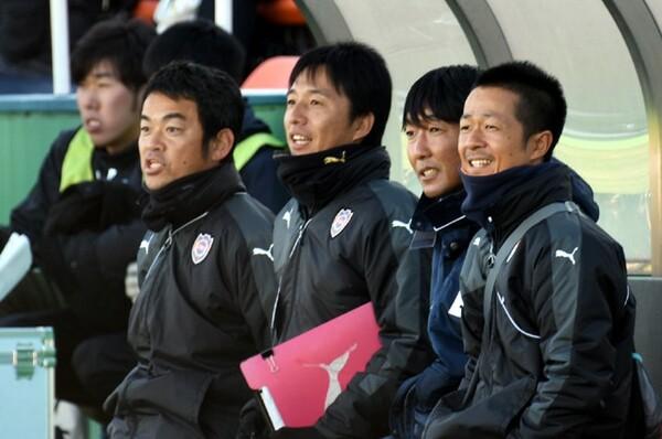 正しい姿勢作りの意識をチームに植え付けた理学療法士の齋藤佳久(右端)