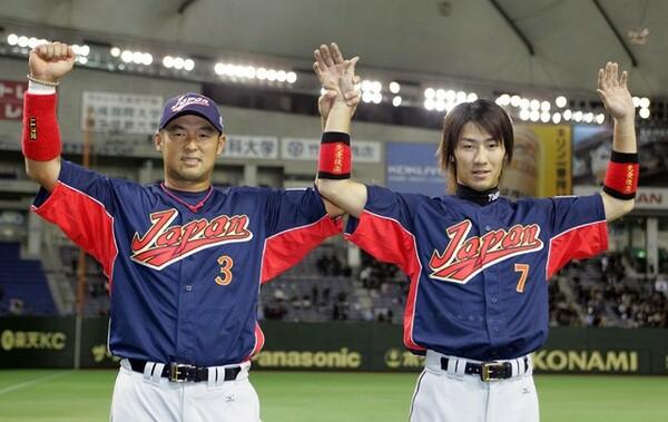 決勝3ランを放ちファンの声援に応える西岡(写真右)