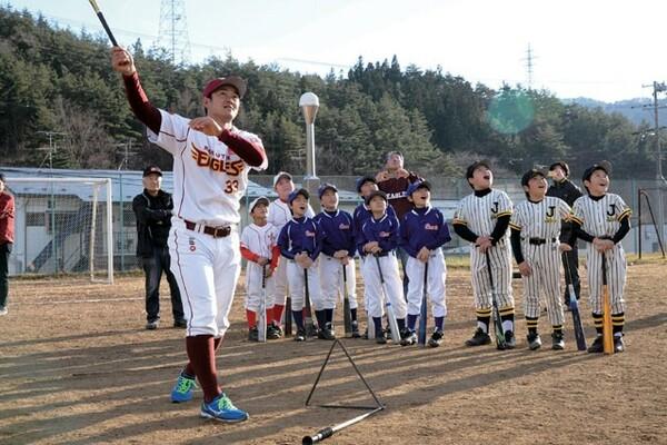 銀次のロングティーの打球を目で追う子どもたち。笑顔と歓声が広がった
