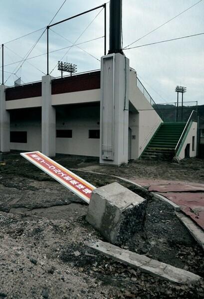 楽天イーグルス岩泉球場の看板は倒壊したまま。水害のすさまじさを表していた