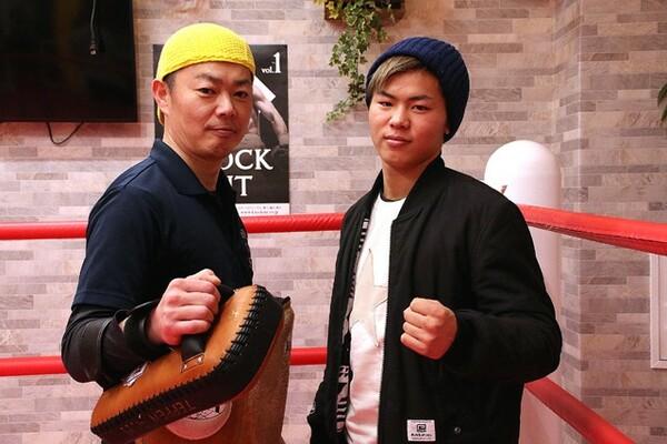 """父・弘幸さん(左)が経営する「TEPPEN GYM」にはキッズクラスの生徒の書初めが並んでいた。天心の""""書き初め""""の言葉は?"""