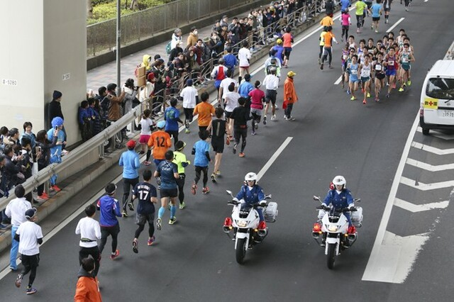 国道357号線ですれ違い。一団になる学生ランナーとおのおののペースで走る市民ランナーのコントラストがクッキリ