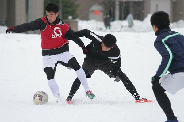 グラウンドに雪が積もっているこの時期は、筋力トレーニングと、負荷のかかる雪中サッカーを繰り返して体を鍛えるという