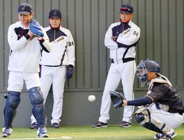 ブルペンで投球練習を見守る小久保監督(左から3人目)