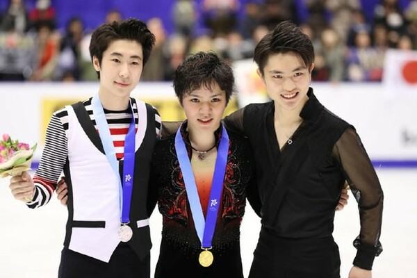 宇野昌磨(中央)が逆転で金メダルを獲得。2位には金博洋(左)、3位には閻涵と中国勢が入った