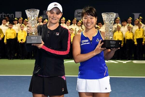 WTAツアーで3度目の決勝進出を果たすなど、日比野(右)はトップ選手と対戦する機会を増している