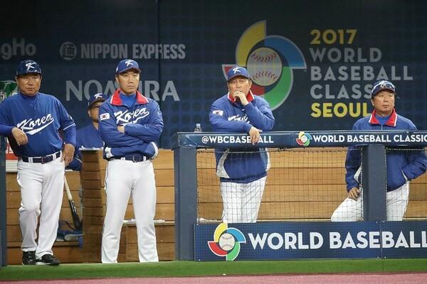 重い空気が漂う韓国代表のベンチ。右から2人目がキム・インシク監督