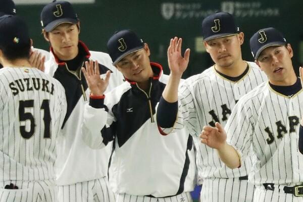 中国戦は出場機会がなかった青木(写真左から3人目)。ここまで8打数1安打と結果は今ひとつも、小久保監督の期待通りチームリーダーとしての役割を果たしている