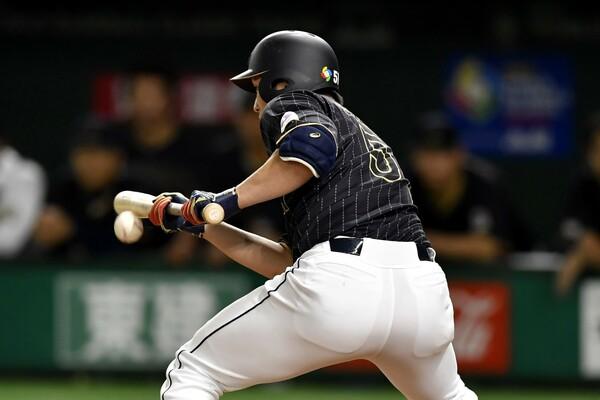 タイブレーク制で無死一二塁から始まる延長11回、ベンチは先頭打者の鈴木にバントのサイン。鈴木も初球からきっちりと決めて、中田の勝ち越し打につなげた