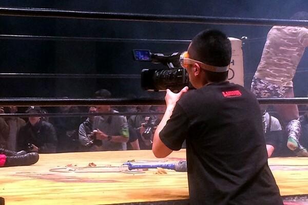 「サムライTV」の撮影隊もリングサイドではゴーグルをつけて対応