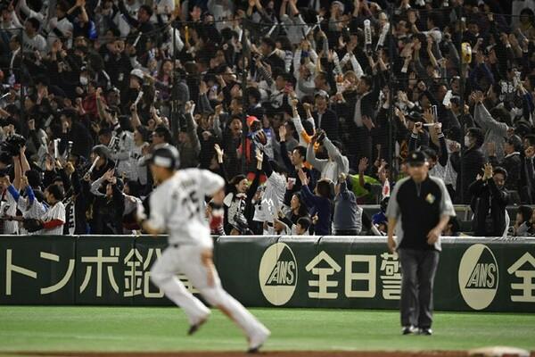こう着状態が続く中での4番の一発で、東京ドームの観客も総立ちとなった