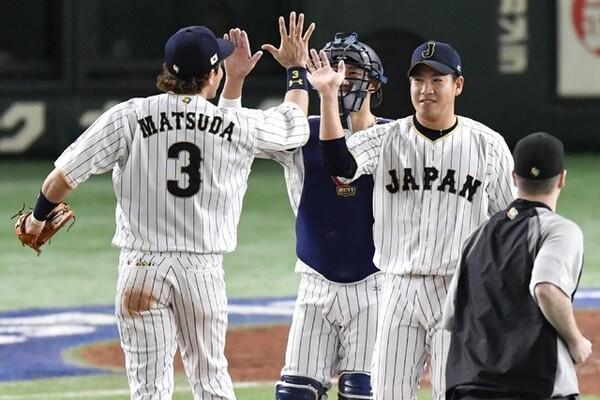 権藤投手コーチ自らブルペンに足を運んで最終回のマウンドを託した牧田が東京ラウンドの最後を締めた