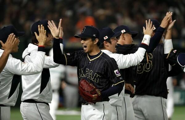増井(中央)も思い切りのいい投球を披露した
