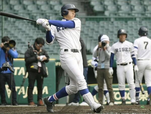 17日の練習試合で高校通算49号となる本塁打を放った履正社・安田。日大三との大一番に向け、状態は良さそうだ