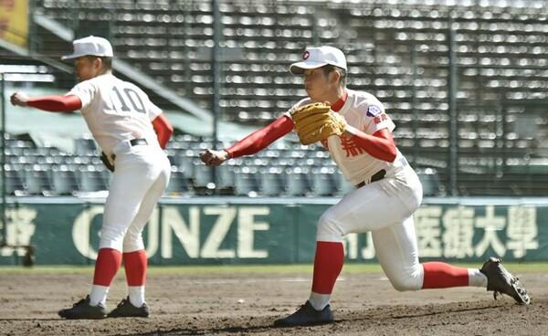 本来は遊撃手の智弁学園・太田(写真右)だが、甲子園練習では投球練習も行った