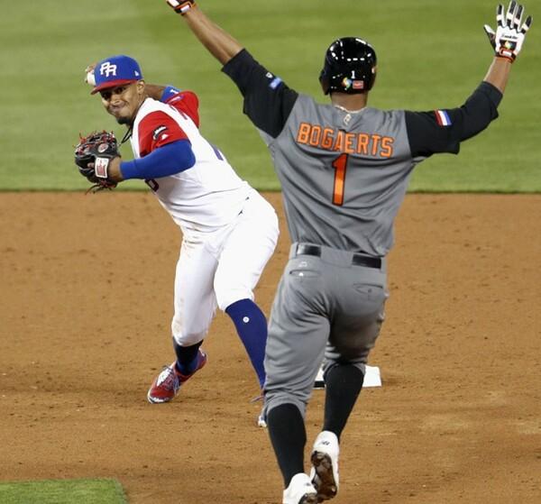 7回無死一塁、プロファーの併殺打で一塁へ転送するリンドア(写真左)