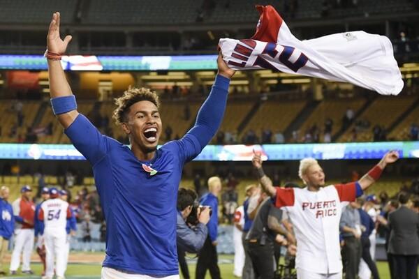 タイブレークの延長11回にサヨナラ勝ちし、2大会連続の決勝進出を喜ぶプエルトリコ