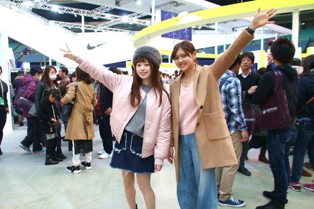 あんなちゃん(左)、絵里花ちゃんといっしょに大会前日はエキスポに参加