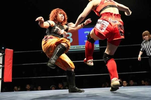 女子プロレスラーの米山香織が総合格闘家の富松恵美とハードヒット本戦初となる女子の打撃戦を行った