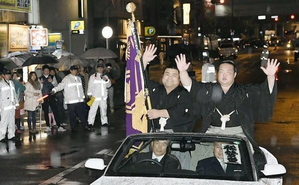 2場所連続優勝を果たし、パレードを行う稀勢の里(右)と旗手を務めた高安