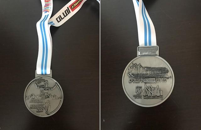 完走メダルはどちらかいうとシンプル。表面は英語表記、裏面はヘブライ語表記だ。