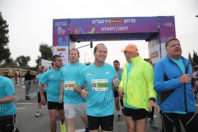 自らもランナーであるニール・バルカート エルサレム市長も10kmレースに参加。