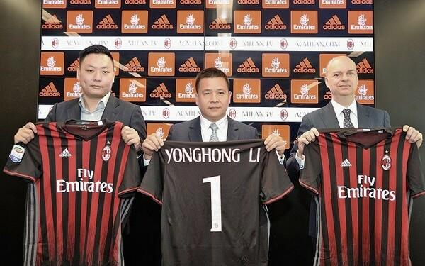 """中国人投資家ヨンホン・リー(中央)による買収が成立、""""チャイナ""""ミランが誕生した"""