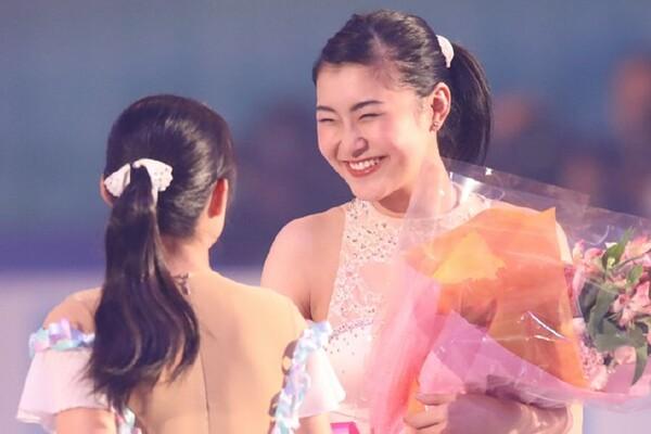 引退を発表した村上佳菜子。現役最後の演技を終えると、笑顔で花束を受け取った