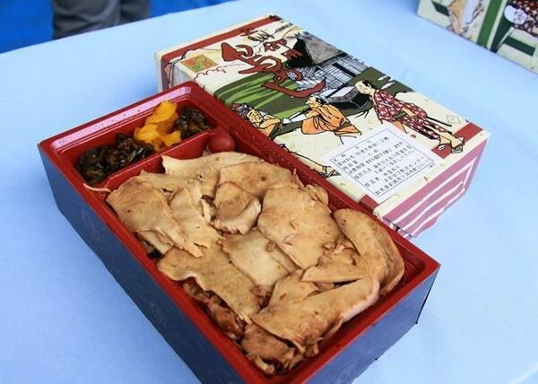 上州御用 鳥めし竹弁当(700円)。日によっては早目に完売してしまうほどの人気商品