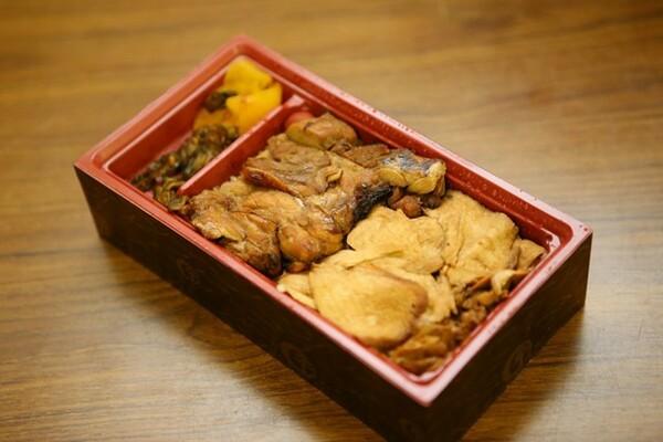 上州御用 鳥めし松弁当(800円)。ムネ肉とモモ肉の2種類が楽しめる一品