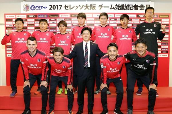 今季、ユン・ジョンファン(前列中央)監督を招へいしたC大阪。マテイ・ヨニッチ(前列左端)らを補強し、まずは守備を中心に強化した