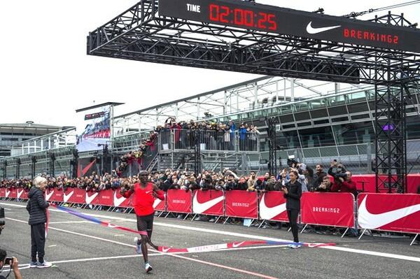 公認の世界記録を大きく上回るタイムで42.195キロを駆け抜けたキプチョゲ