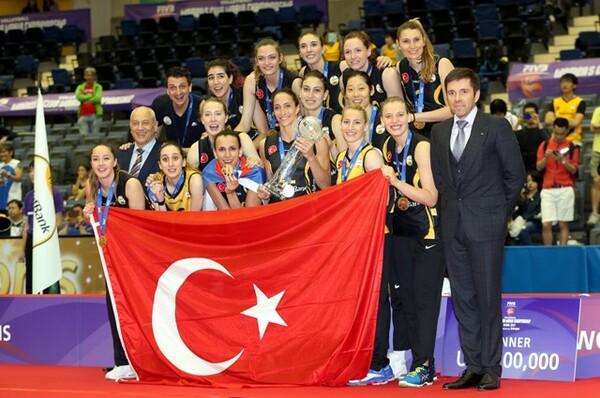 初の世界クラブ女子バレーボール選手権、NECレッドロケッツの挑戦は7位に終わった。優勝したのはトルコのワクフバンク(写真)